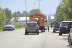 加拿大校车、交通和小孩子 库存照片