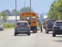 加拿大校车、父母和小孩子 免版税图库摄影