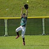 加拿大比赛垒球妇女抓住球外野 免版税库存照片