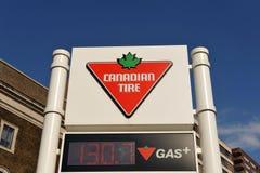 加拿大气体符号岗位轮胎 免版税图库摄影