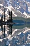 加拿大湖岩石冰碛的山 库存照片