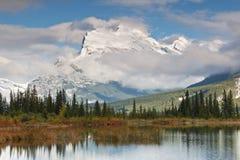 加拿大湖挂接rundle朱红色 免版税库存照片