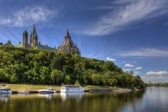 加拿大的议会高在渥太华河上 图库摄影