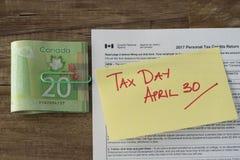 加拿大税天从与现金退款的4月30日税 库存图片
