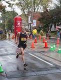 加拿大马拉松运动员埃里克吉利斯运行通过2016年Scotiabank多伦多江边马拉松的33 km周转点 免版税库存照片