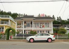 加拿大,温哥华/白色岩石, BC :古怪的江边议院+配比的汽车 库存照片