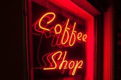 更加接近红色霓虹咖啡店标志左边的版本 免版税库存图片