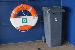 加来,法国, 2016年8月10日:安全带和废物箱在穿过海峡轮渡向法国 库存照片