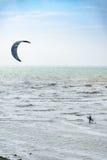 加来,法国- 5月15 :在北海的风筝冲浪者在加来附近 免版税图库摄影