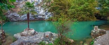 加格拉,阿布哈兹- 2014年10月4日:在Ritsa湖附近的蓝色湖 免版税图库摄影