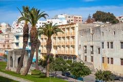 更加气味强烈的摩洛哥 与棕榈树的街道视图 库存图片
