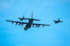 加油两喷气式歼击机在飞行中 免版税库存图片