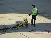 加油停放的飞机的卡车,并且等待在机场加油在地面的飞机 库存照片