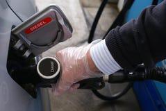 加油有柴油的一辆汽车在使用中或加油站 免版税库存图片