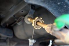 加油汽车在加油站充满燃料LPG气体在泰国 免版税库存图片