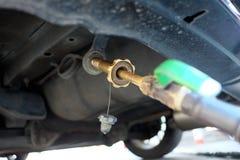 加油汽车在加油站充满燃料LPG气体在泰国 免版税库存照片