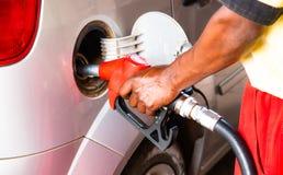 加油汽车的工作者人的手在加油站 概念照片为对矿物燃料汽油,在燃烧的柴油的使用 库存图片