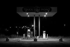 加油站加油车发光光的夜 免版税库存图片