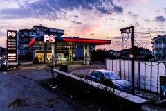 加油站在土耳其镇晚上 库存图片