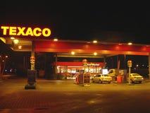 加油站在夜城市霍林赫姆。荷兰 免版税库存图片