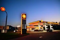 加油站,夜射击 库存图片