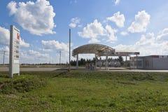 加油站`在入口的WestMarket `对市Sukhonsky路的Veliky Ustyug 库存图片
