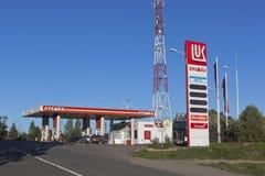 加油站驻地卢克石油在Kirillov沃洛格达州地区,俄罗斯镇  库存照片