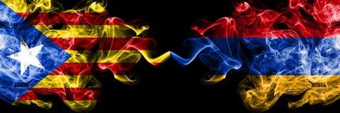 加泰罗尼亚对亚美尼亚,肩并肩被安置的亚美尼亚烟旗子 加泰罗尼亚和亚美尼亚的厚实的色的柔滑的烟旗子,亚美尼亚语 向量例证