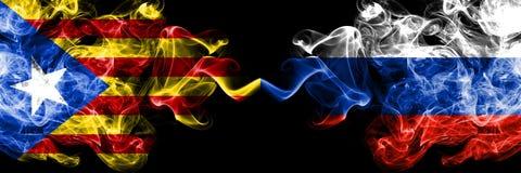 加泰罗尼亚对俄罗斯,肩并肩被安置的俄国烟旗子 加泰罗尼亚和俄罗斯的厚实的色的柔滑的烟旗子,俄语 库存图片