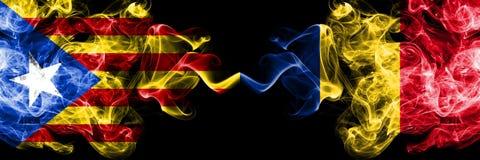 加泰罗尼亚对罗马尼亚,肩并肩被安置的罗马尼亚烟旗子 加泰罗尼亚和罗马尼亚,罗马尼亚语的厚实的色的柔滑的烟旗子 向量例证