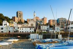 加泰罗尼亚的镇美丽如画的房子地中海海岸的 免版税库存图片