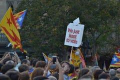 加泰罗尼亚语的Indipendence抗议 卡塔龙尼亚公民投票:prostesting在巴塞罗那街道的人们  2017年10月 免版税库存图片