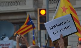 加泰罗尼亚语的Indipendence抗议 卡塔龙尼亚公民投票:prostesting在巴塞罗那街道的人们  2017年10月 免版税库存照片