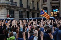 加泰罗尼亚语的Indipendence抗议 卡塔龙尼亚公民投票:prostesting在巴塞罗那街道的人们  2017年10月 免版税图库摄影