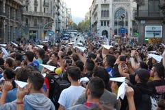 加泰罗尼亚语的Indipendence抗议 卡塔龙尼亚公民投票:prostesting在巴塞罗那街道的人们  2017年10月 图库摄影
