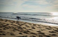 加热为在海浪斑点的一个会议的人冲浪者剪影在capbreton,法国 免版税库存图片