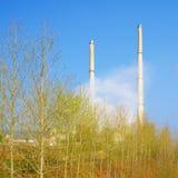 加热发电站的烟囱 免版税库存图片