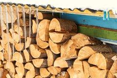 加热的房子木柴在下的冬天期间ho 免版税库存照片