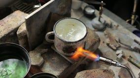 加热的硼酸和柠檬酸在一杯水 股票录像