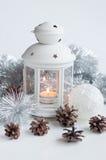 加热的蜡烛的手电与闪亮金属片、圣诞节球和fi 库存照片