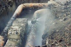 加热系统的残破的老管子 免版税库存图片