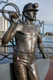 加的夫威尔士2013年12月-端起煤矿工人雕塑的坑C 库存照片