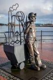 加的夫威尔士2013年12月-端起煤矿工人雕塑的坑C 免版税库存图片