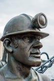 加的夫, WALES/UK - 11月16日:端起煤矿工人sculptu的坑 图库摄影