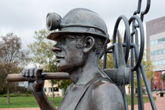 加的夫, WALES/UK - 11月16日:端起煤矿工人sculptu的坑 免版税库存图片