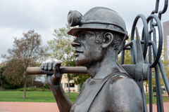 加的夫, WALES/UK - 11月16日:端起煤矿工人sculptu的坑 库存图片