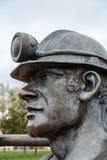 加的夫, WALES/UK - 11月16日:端起煤矿工人sculptu的坑 免版税图库摄影
