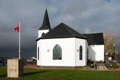 加的夫, WALES/UK - 11月16日:被日光照射了前挪威教会集合 免版税图库摄影