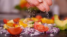 加盐的妇女手到菜混合-特写镜头,慢动作 股票视频