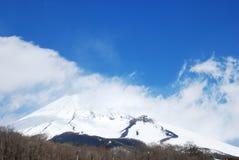 加盖的富士挂接雪 库存图片
